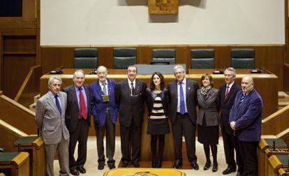 Tejeria, posa en el centro acompañada por los homenajeados (desde la izquierda) Maturana, Lizundia, Marco Tabar, Pujana, Etxenike y Boneta, y los miembros de la Mesa Antón Damborenea e Iñigo Iturrate.