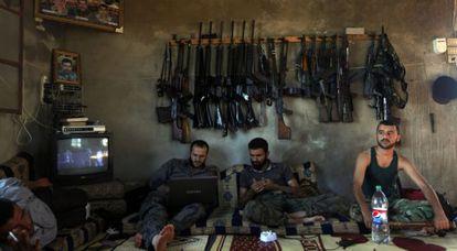 Combatientes del Ejército Sirio Libre, en una casa cerca de Alepo.
