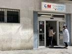 Una mujer conversa con una trabajadora sanitaria en la puerta del Centro de Salud Núñez Morgado perteneciente a la zona básica de salud de Núñez Morgado, en el distrito de Chamartín, en Madrid (España), a 22 de marzo de 2021. Núñez Morgado es una de las cuatro ZBS a las que la Comunidad de Madrid aplica desde hoy restricciones de movilidad. Debido al descenso progresivo de la incidencia en la región --que se sitúa en 225 casos por cada 100.000 habitantes a 14 días-- se ha rebajado el umbral a partir del que se imponen restricciones de 400 a 350 casos por 100.000 habitantes junto a una tendencia al alza. 22 MARZO 2021;ZONA BASICA DE SALUD;COVID;RESTRICCIONES;CORONAVIRUS;CHAMARTIN Eduardo Parra / Europa Press 22/03/2021