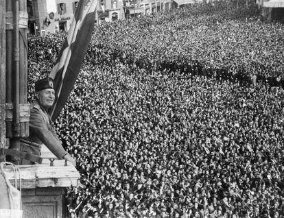Benito Mussolini saluda a las masas el 9 de mayo de 1936, en el Palacio Venecia de Roma.