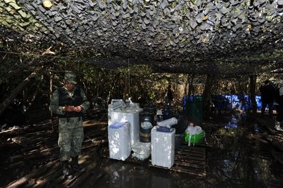 Elementos del Ejército Mexicano desmantelan un narco laboratorio en un manglar de Culiacán, Sinaloa.