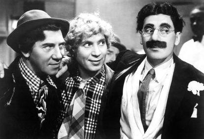 Chico y Harpo atienden, en 'Una tarde en el circo', a la próxima ocurrencia de Groucho, el ser humano que mejor y más inteligentemente ha insultado.