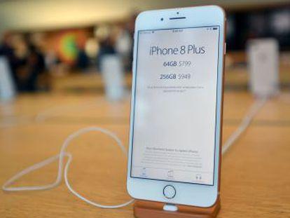 El último  smartphone  de Apple que ha salido a la venta destaca por su rendimiento, sus cámaras y por su compatibilidad con la carga inalámbrica