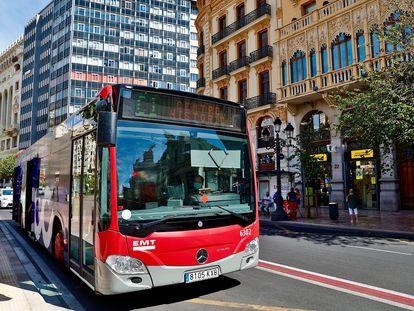 Un autobús de la EMT de València a su paso por la plaza del Ayuntamiento.