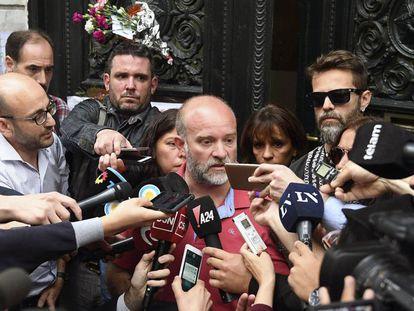 Sergio Maldonado, junto a Andrea Antico y Germán Maldonado (de anteojos) reconocen ante la prensa la identidad de su hermano.