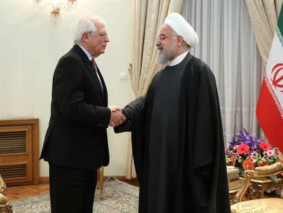Josep Borrell saluda al presidente de Irán, Hassan Rouhani, este lunes en Teherán. En vídeo, las declaraciones de Borrell tras la reunión.
