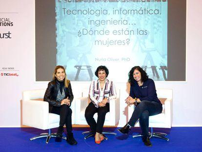 Nuria Oliver, Asunción Gómez y Cristina Aranda en la feria de inteligencia artificial AIshow.