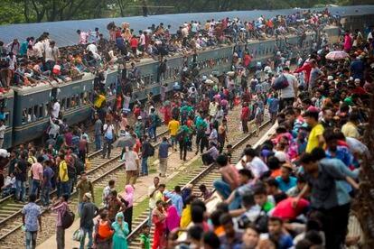 Bangladesíes, en una estación de trenes antes del festival musulmán de Eid al-Fitr, que marca el fin del Ramadán, en junio de 2018.