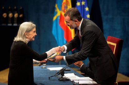 Nuria Espert recibe el premio Princesa de Asturias de mano de Felipe VI.