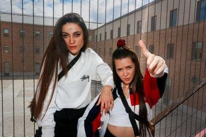 Ainhoa Vidal y Laura Campins, del grupo rapero Las Ninyas del Corro en el centro cultural Conde Duque de Madrid.