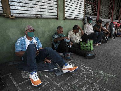 Refugiados nicaragüenses, venezolanos, y colombianos este viernes en San José.