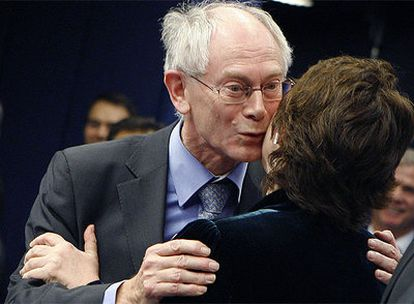 El democristiano Herman Van Rompuy, felicita a la laborista británica Catherine Ashton, minutos después de ser elegidos como primer presidente estable de la Unión Europea y como Representante para la Política Exterior de la Unión Europea. Rompuy deja el Gobierno belga y Ashton, la Comisaría de Comercio europea. Sus cargos fueron creados por el Tratado de Lisboa.