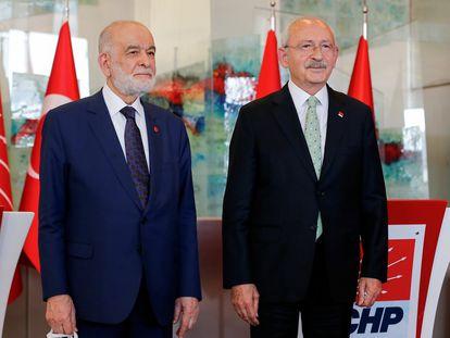 A la derecha, Kemal Kiliçdaroglu, líder de la principal fuerza opositora de Turquía, el Partido Republicano del Pueblo (CHP, centroizquierda), posa junto al líder del pequeño Partido de la Felicidad (SP, islamista y opositor), Temel Karamollaoglu. Ambas formaciones negocian un frente opositor de seis partidos contrarios al presidente Recep Tayyip Erdogan.