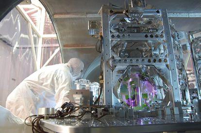 Un científico trabaja en el observatorio estadounidense de interferometría láser (LIGO) en Hanford, Washington. Fotografía facilitada por la Fundación Nacional de las Ciencias (NSF).