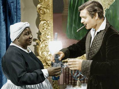 Hattie McDaniel con Clark Gable en una escena de 'Lo que el viento se llevó'.