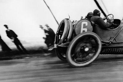 <i>Grand Prix de Circuit de la Seine,</i> fotografía de Jacques-Henri Lartigue: un icono de modernidad que inspiró a Blom en su ensayo <i>Años de vértigo.</i>