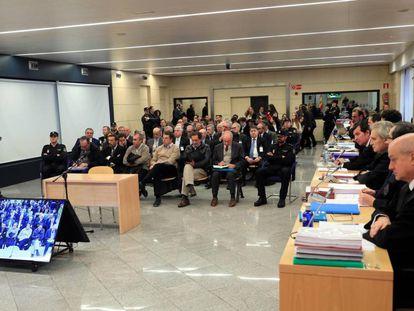 El expresidente de Bankia Rodrigo Rato junto al resto de acusados, durante la primera sesión del juicio por la salida a Bolsa de la entidad.