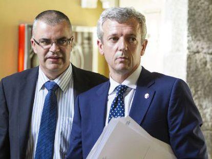 Alfonso Rueda (derecha) y el director de Emergencias de la Xunta, durante su comparecencia.