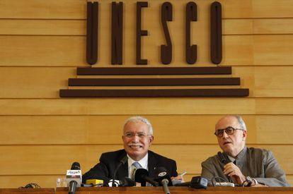 El canciller palestino, Riyad al-Malki y el embajador ante la UNESCO, Elias Sanbar, durante una rueda de prensa tras la conferencia.