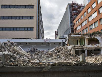 Obras de demolición de la naves traseras de la antigua escuela de Agrónomas para ampliar el Hospital Clínico.