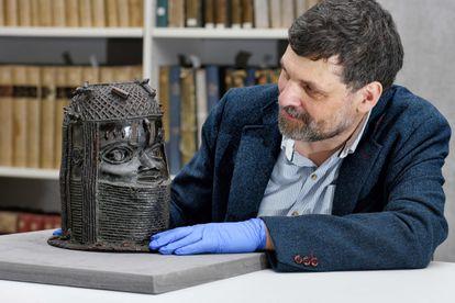 El director de Museos y Colecciones especiales de la Universidad de Aberdeen, Neil Curtis, posa junto a una escultura de bronce de Benín el pasado 17 de marzo.