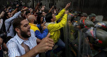 Un grupo de diputados se enfrenta a soldados de la Guardia Nacional en la sede del Supremo.
