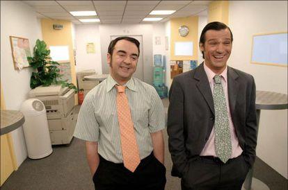 Dos oficinistas de la versión francesa de 'Camera Café' (2005) tomándose con deportividad que no entienden la orden del jefe, llena de anglicismos.