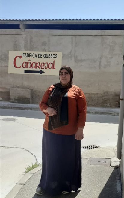 Sana Tamaraoucht, de 32 años, frente a su puesto de trabajo en Pollos (Valladolid).