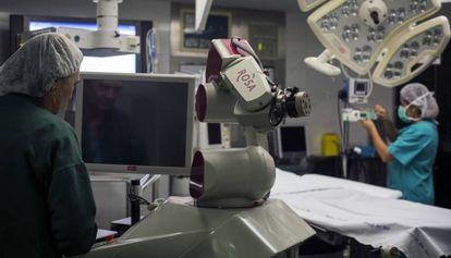 Personal sanitario en un quirófano del hospital del Mar