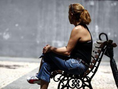 Marcia, víctima de una agresión racista, sentada en un banco de Lavapiés.