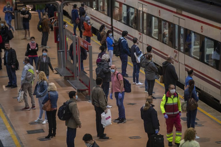 Varias personas en la estación de Atocha de Madrid el 4 de mayo.