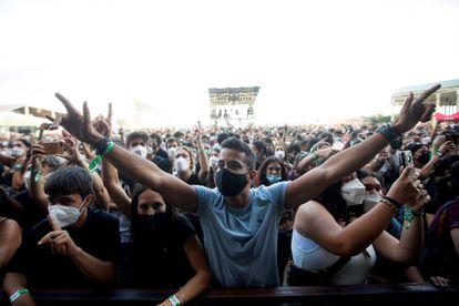 Varios jóvenes con mascarilla en el festival Cruïlla de Barcelona celebrado en julio.