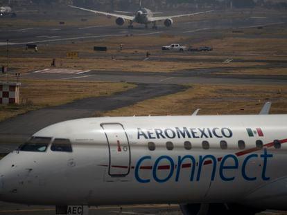 Dos aviones en el aeropuerto de la Ciudad de México.