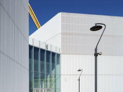 Torre Aallianz diseñada por Arata Isozaki junto al arquitecto italiano Andrea Maffe en 2015.  