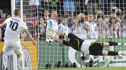 Casillas stops the penalty shot taken by Italian De Rossi in the quarterfinals of Euro 2008