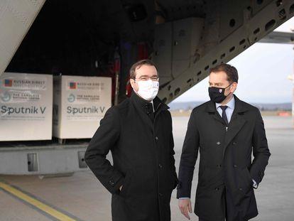 El ya ex primer ministro eslovaco Igor Matovic (derecha) y su ministro de Salud, Marek Krajci, el mes pasado en el aeropuerto de Kosice.
