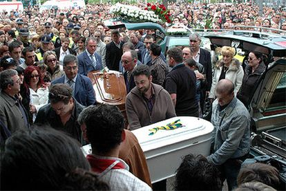 Cientos de personas asisten esta mañana al funeral por la muerte de dos niños en el accidente de autocar de Gijón.