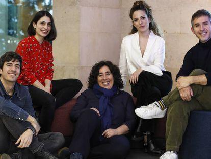 Desde la izquierda, los candidatos al Goya a la mejor dirección novel César Esteban Alenda, Celia Rico Clavellino, Arantxa Echevarría, Andrea Jaurrieta y José Esteban Alenda, en la entrada a EL PAÍS hace dos semanas.