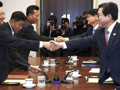 Las delegaciones de las dos Coreas, este lunes en Panmujom tras acordar competir juntas en algunas disciplinas de los Juegos Asiáticos.