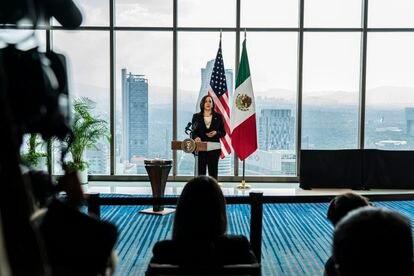 La vicepresidenta de Estados Unidos, Kamala Harris, durante una conferencia en un hotel de Ciudad de México.