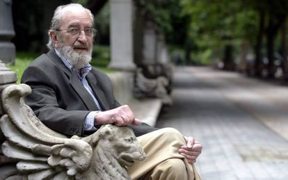 El poeta Ángel González en el Campo de San Francisco, en Oviedo.