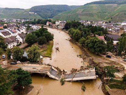 Vista aérea de los daños causados en un puente de la localidad alemana de Bad Neuenahr-Ahrweiler.