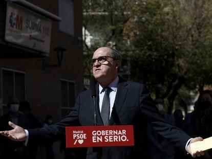 El candidato del PSOE a la Presidencia de la Comunidad de Madrid, Ángel Gabilondo, ofrece declaraciones en una rueda de prensa durante una visita por Móstoles.