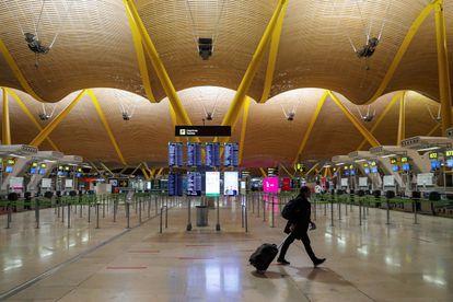 Una persona en la terminal 4 del aeropuerto Madrid-Barajas Adolfo Suárez, este viernes.