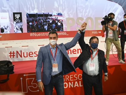 Pedro Sánchez y Guillermo Fernández Vara, en la clausura del congreso del PSOE de Extremadura, este domingo.
