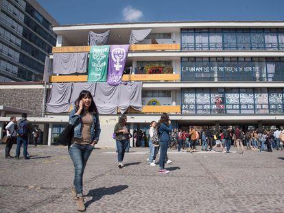 La Facultad de Filosofía y Letras tomada por las estudiantes antes de la cuarentena.