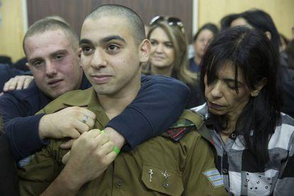 El soldado Elor Azaria, rodeado por su familia al escuchar el veredicto.