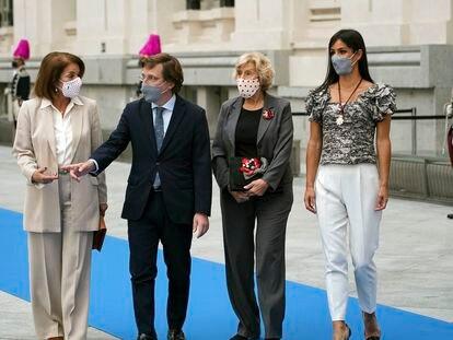 De izquierda a derecha, Ana Botella, José Luis Martínez-Almeida, Manuela Carmena y Begoña Villacís en el Palacio de Cibeles este sábado durante el acto de entrega de las medallas de la ciudad.