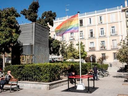 La bandera LGTBI, ubicada en la plaza de Pedro Zerolo, este domingo.