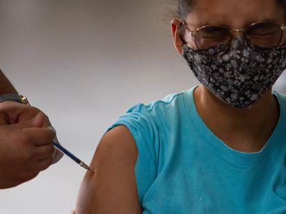 Una mujer recibe una dosis de la vacuna Sputnik-V en Ciudad de México, el pasado 23 de julio.